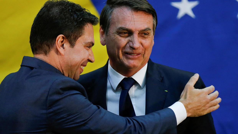 Photo of Brazils Bolsonaro picks family friend to head federal police