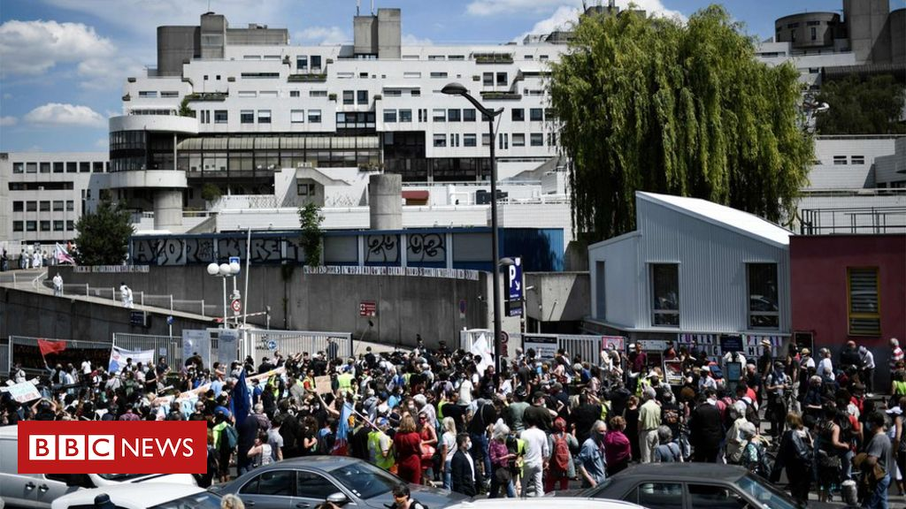 Photo of French healthcare workers fined at Paris hospital protest