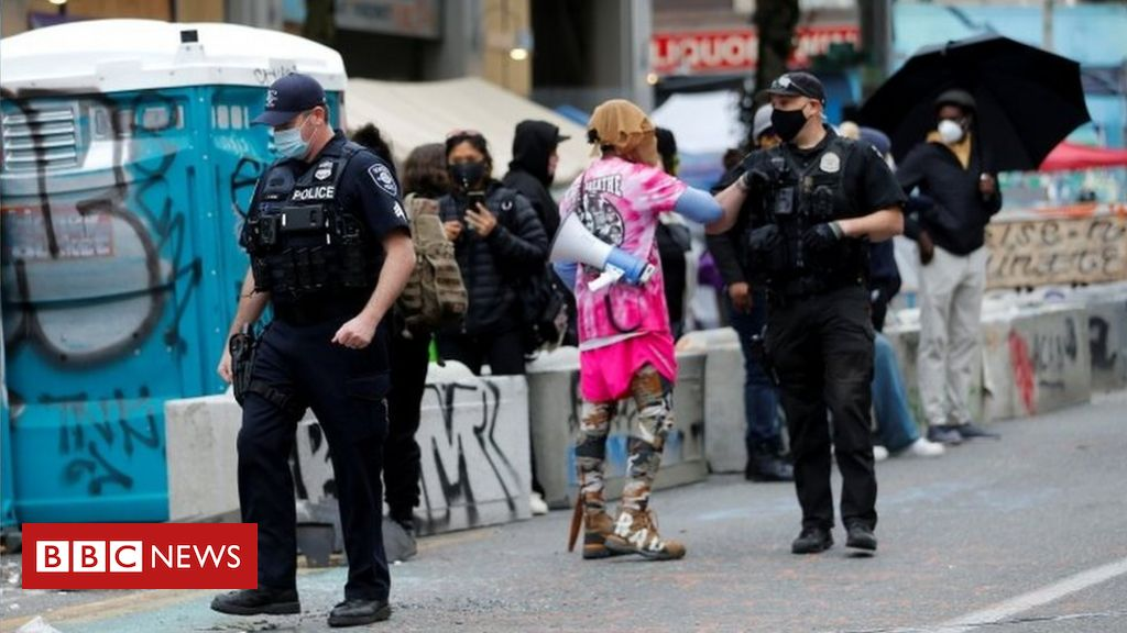 Photo of Seattle police move in to clear protesters from Chop zone