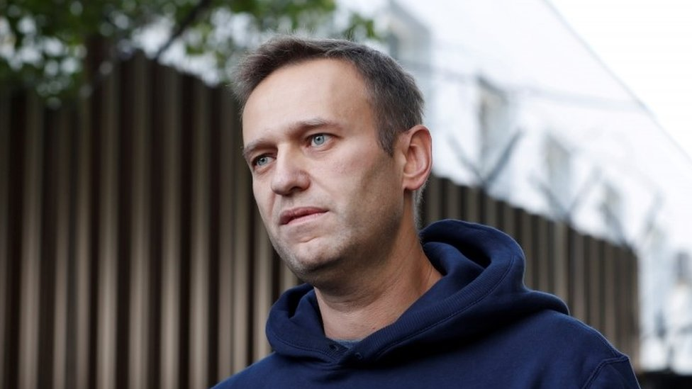 Photo of Alexei Navalny: Poisoned Russian opposition figure 'able to leave bed'