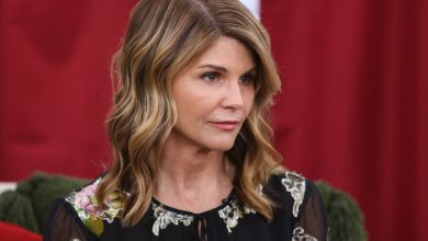Photo of How Lori Loughlin's Prison Sentence Is Going, Three Weeks In: 'No One Has Tried Any Sh*T With Her'